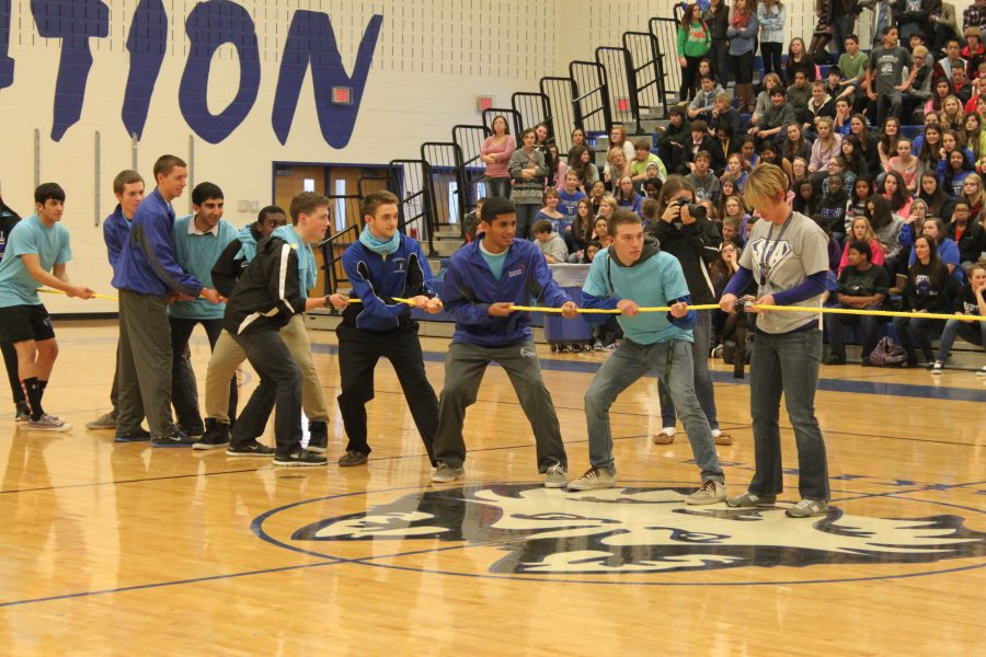 Members+of+the+senior+class+compete+in+the+tug+of+war+contest.